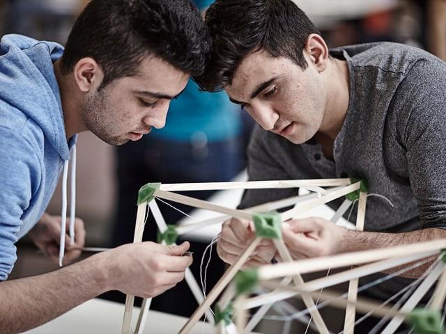 Zwei junge Flüchtlinge bauen «Green lights».