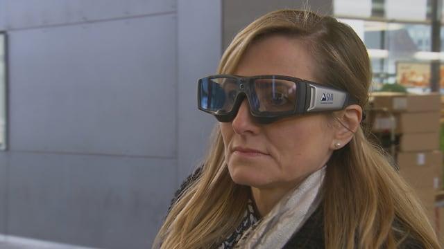 Eine Frau mit Videobrille.