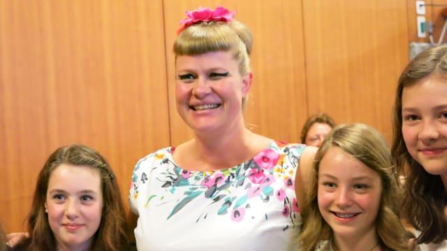 Nicole Bernegger, umringt von jungen Mädchen aus Birsfelden am Empfang in der Gemeinde.