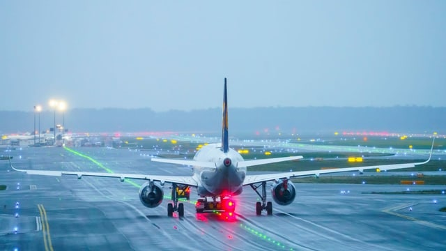 Flugzeug auf der Startbahn.