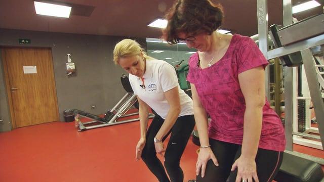 Daniela Neidhart und ihre Physiotherapeutin stehen mit gebeugten Knien im Trainingsraum.