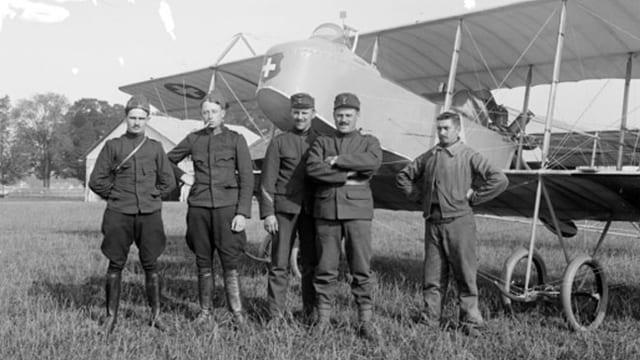 Piloten stehen vor einem Zweidecker