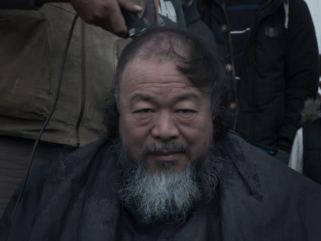 Ai Weiweis Schädel wird geschort.