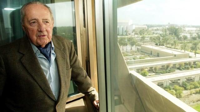 Scholl-Latour blickt aus einem Fenster.