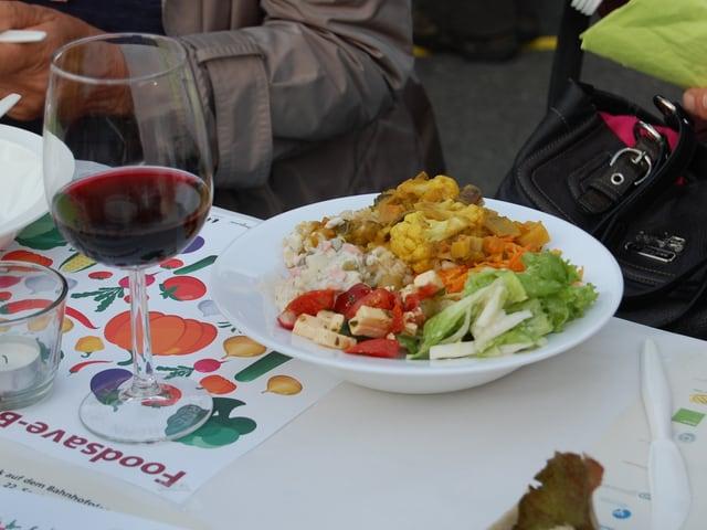 Ein Teller vom Foodsave-Bankett auf dem Berner Bahnhofplatz.