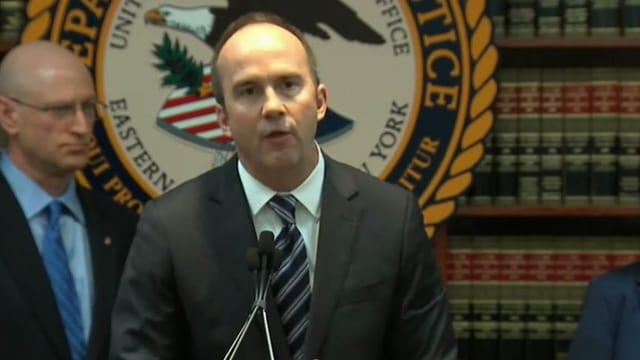 FBI-Chef James Comey hinter drei Mikrofonen