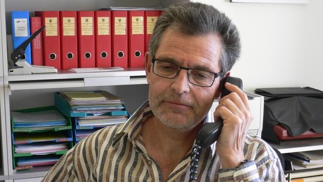 Case Manager Meinrad Gyr im Büro in Schwyz