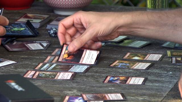 Spieler legt Magic-Karte auf den Tisch
