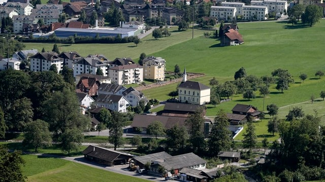 Die Kirche und einige Häuser der Gemeinde Alpnach