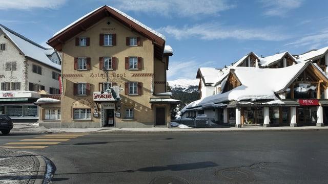 Strasse mit Häusern im Winter.