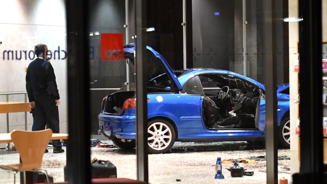 L'auto demollà en la chasa Willy-Brandt.