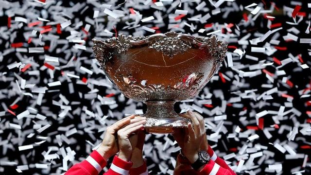 Die Davis-Cup-Trophäe im Konfettiregen.