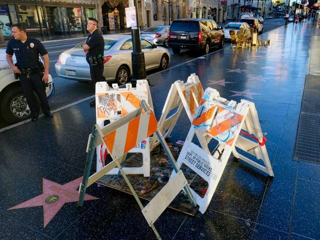 Der beschädigte Stern von Trump wird abgeschirmt.