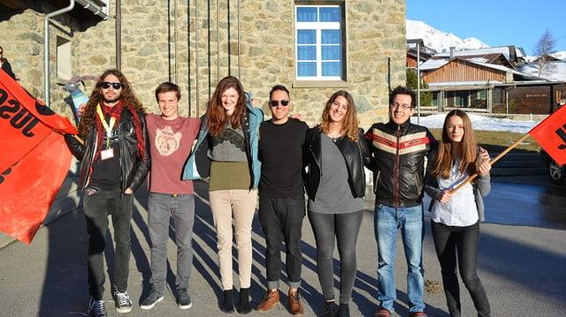 Eine Gruppe mit sieben jungen Männern und Frauen.