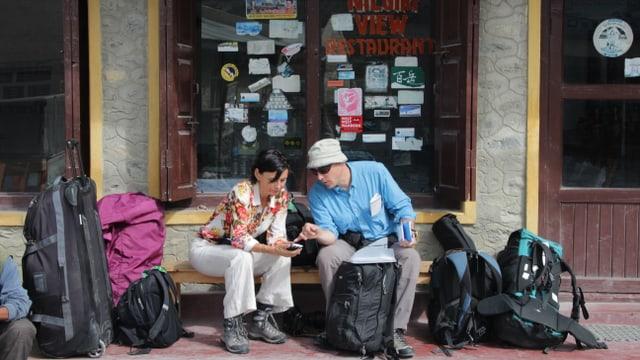 Lisa Röösli und Manuel Bauer warten vor dem Hotel in Josom auf die Weiterreise nach Mustang