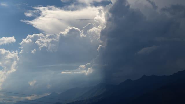 Dunkel Gewitterwolken im Berner Oberland.
