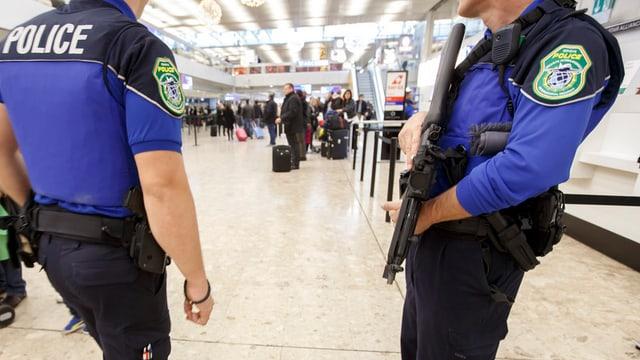 Policists svizzers a l'eroport da Genevra suenter l'avertiment da terror.