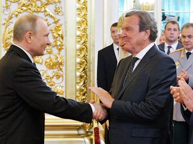 Schröder gratuliert Putin an dessen Einweihungszeremonie am 7. Mai in Moskau