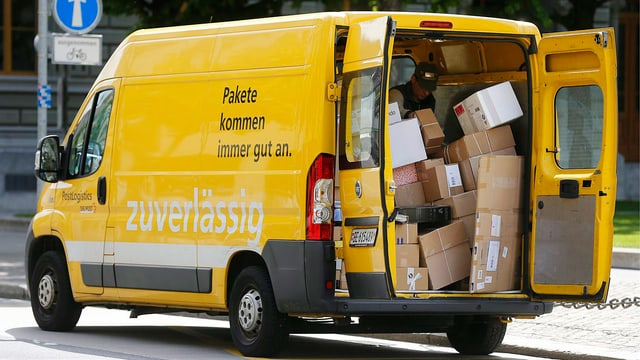 Mit Paketen beladenes Auto der Post