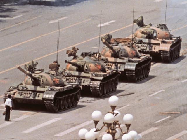 Ein einzelner Mann stellt sich vier heranrollenden Panzern entgegen. «Tank Man» nennt Widener den unbekannten Mann liebevoll. Dieses Bild geht um die Welt.
