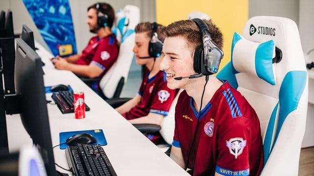 Alle drei Spieler von Servette an den Gaming PCs in den E-Studios.