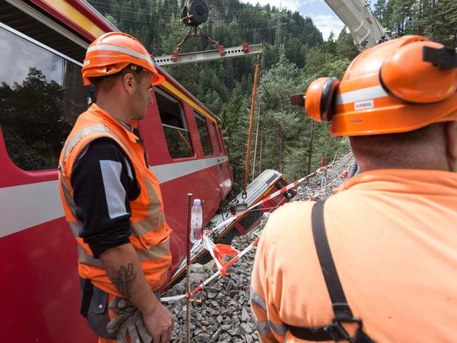 Bahnarbeiter an der Unglücksstelle.
