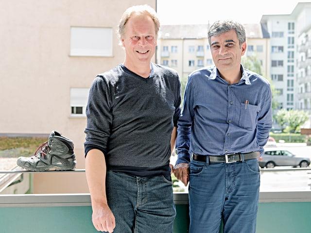 Dieter Gränicher und Yusuf Yesilöz auf einem Balkon.