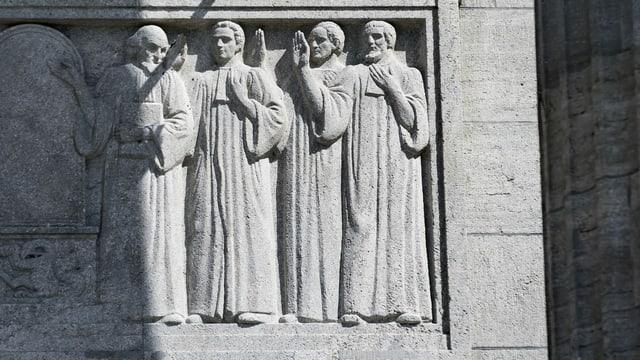Richter-Figuren an der Aussenwand des Bundesgerichts