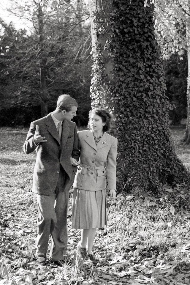 Prinz Philip spaziert mit seiner Frau Elizabeth über Herbstblätter.