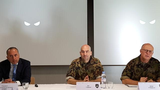 Medienpräsentation im Angesicht der «hinterhältigen Augen», dem Logo des Cyber-Lehrgangs.