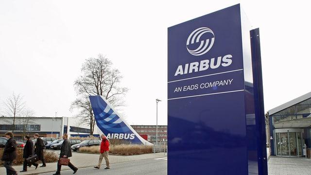 Vista sin ina tavla cun il logo dal concern Airbus.