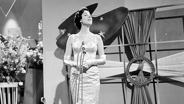 Corry Brokken 1957 bei ihrem Auftritt am Concours Eurovision de la Chanson in Frankfurt am Main.