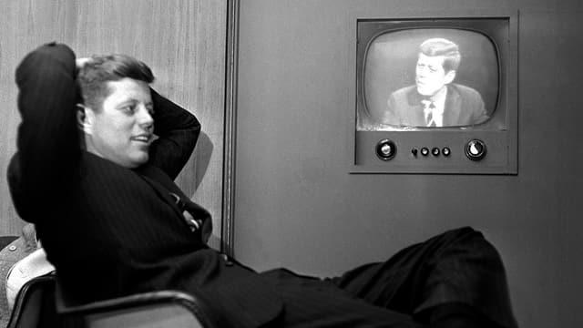 John F. Kennedy vor dem Fernseher.