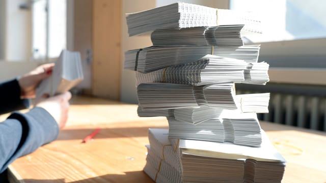 Ein Stapel von Stimmzetteln auf einem Tisch.