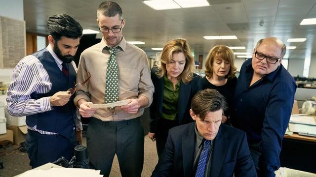 Redaktionskollegen des «Observer» schauen Martin Bright bei der Arbeit über die Schulter.