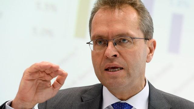 Thomas Schönbächler mit erhobener Hand