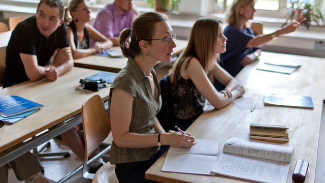 Schülerinnen und Schüler in einem Zimmer