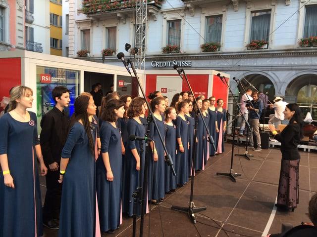 Junge Sängerinnen und langen dunkelblauen Kleidern.