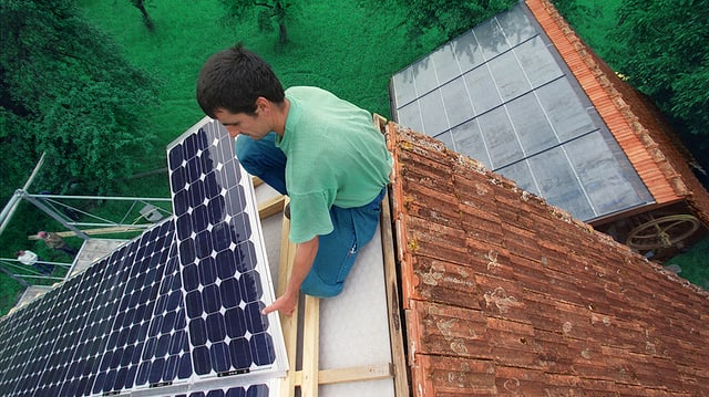 Bau einer Solaranlage auf einen Dach.