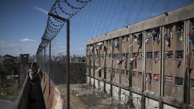 Gefängnismauern von aussen.