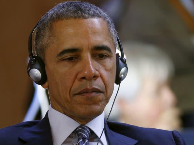 Barack Obama mit Kopfhöprern.