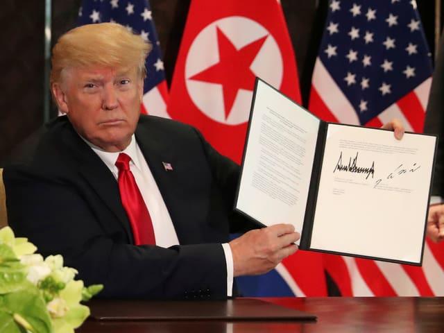 Trump zeigt Vereinbarung.