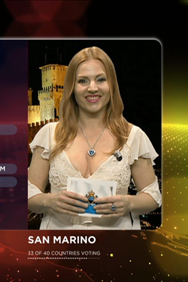 Punkteverteilerin von San Marino, Valentina Monetta, mit tiefem Dekolleté.