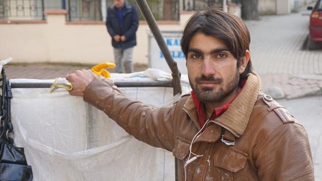 Der Müllmann Ramazan Şimşek bei der Arbeit