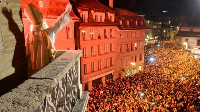 Sankt Nikolaus hoch über der Menschenmenge.