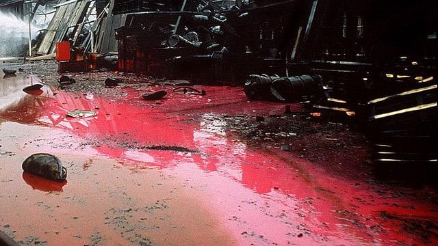 Rote Löschflüssigkeit in Brandruine.