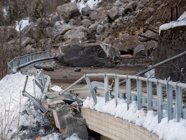 Kaputte Brücke nach Felssturz