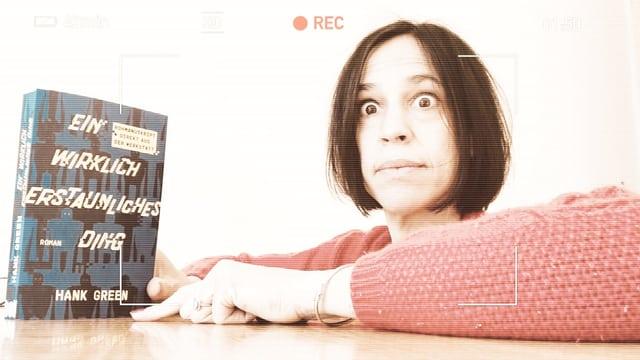 Annette König hält den Roman «Ein wirklich erstaunliches Ding» in die Kamera und schaut wie unter Schock drein.
