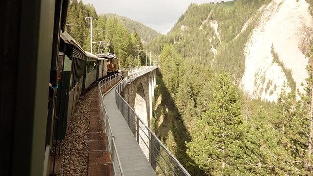 Il tren istoric sin il viaduct da Tagn/Wiesen, ch'è la pli auta punt da la Viafier retica.