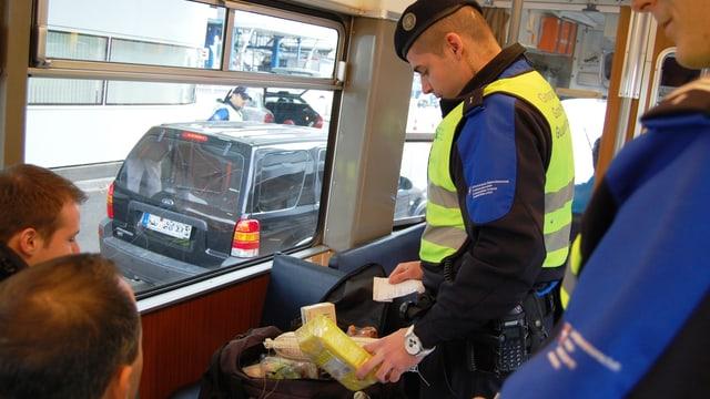 Ein Grenzbeamter kontrolliert Einkäufe.